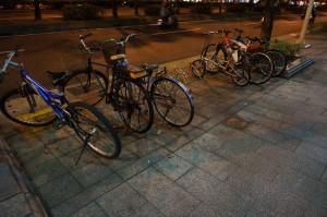 泊單車的位置分佈於路邊各處,十分方便